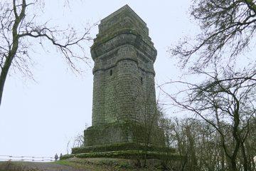Er thront weit sichtbar über dem dem Stadtteil: der Bismarckturm von 1904.