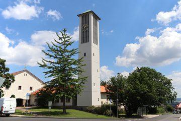 Markant in der Mitte des Stadtteils: Die evangelische Emmauskirche.