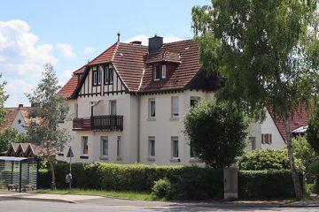 Das Doppelhaus gegenüber der Kirche wurde um 1914 erbaut.