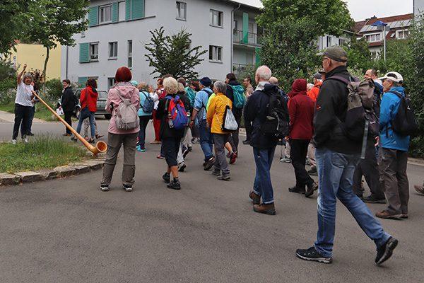 Am Heilhaus wurden die Wanderer mit einem Alphorn begrüßt – passend zum Namen des Hessisch-Waldeckischen Gerbirgsvereins.