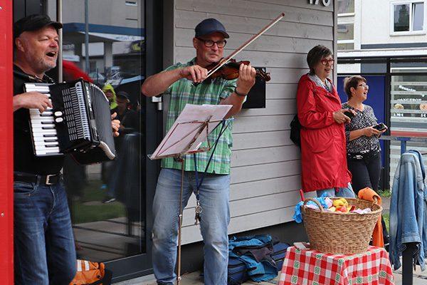 In Rothenditmold gab es Musik und Äpfel zur Stärkung. Nach einem gemeinsamen Lied ging es weiter durch die Döllbachaue.