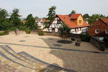 Der Märchenplatz mit der Dorothea-Viehmann-Büste.