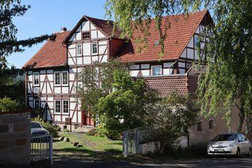 Wohnhaus des ehemaligen Gutes an der Kirche.