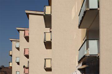 Pastellfarbene Balkonverkleidungen in der Richard-Wagner-Straße.