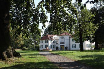 Das Schloss Schönfeld wurde 1777 von Graf Schönfeld erbaut.