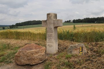 Das 2007 aufgestellte Kreuz erinnert an den alten Kirchweg von Ihringshausen nach Wolfsanger.