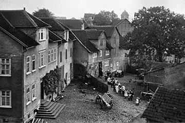 Ein Hochzeitsgesellschaft im alten Dorf